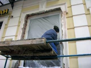 Сейчас специалист нашей компании закрывает окно пленкой, предварительно обрезав лишнюю пену по периметру окна.