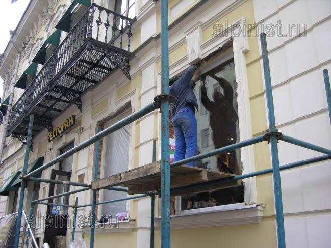 окно мы подготовили к штукатурным работам, обрезали лишнюю монтажную пену и закрыли стекло пленкой