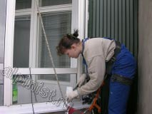 Сейчас мы нарезаем небольшие кусочки  утеплителя, для того, чтобы уплотнить  щели между облицовочным листом и стеной