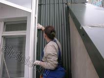 На данной фотографии мы уплотняем предварительно нарезанные кусочки утеплителя в стык между стеной и профилированным листом