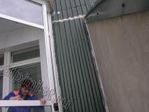 На этой фотографии показано, что мы промазали специальным герметиком все примыкания листа к стене и балкону, предварительно утеплив стену и уплотнив все стыки