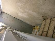 На этой фотографии мы отодвинули металлический лист и увидели, что стена не утеплена, а просто накрыта облицовочным листом