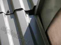 На данной фотографии часть ложного балкона, облицованная металлическими листами, видно, что примыкания листов между собой и стеной не герметичичны