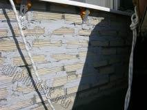 Это наружная стена под окном балкона, расшивка между декоративным камнем была промазана мастикой
