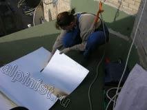 Здесь наш специалист вырезает оцинкованный лист необходимого размера, для того, чтобы закрыть нижнюю часть стены, которая не была закрыта облицовочным листом