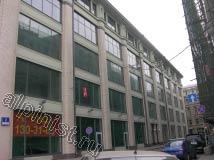 На фото показан фасад здания с большими витражами, которые мы будем мыть от атмосферных осадков, применяя технику промышленного альпинизма