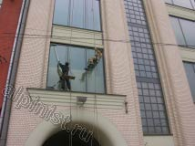 Нижние окна наши промышленные альпинисты мыли с ног, т. к. были широкие козырьки под окнами второго этажа. Сейчас мы моем верхнюю часть окна, используя шубку на удлинителе и склиз, и салфетки для удаления небольших разводов