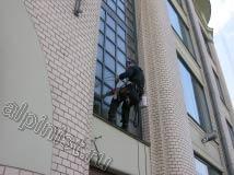 Наш промышленный альпинист использует специальную оконную присоску, чтобы быть ближе к окну и выполнить мойку окон качественно