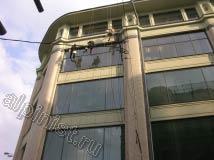 Из-за того, что на здании был очень широкий козырек, нашим промышленным альпинистам приходилось к козырьку верхних окон крепить специальный элемент снаряжения «Скай-хук»(sky hook), чтобы быть ближе к стеклам, которые мы мыли