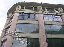 Бригада наших промышленных альпинистов использует для мойки окон и фасадов ведра с чистой водой, удлинители для удобства, шубки и склизы для снятия лишней воды со стекол