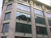 На этом фото хорошо видно, как отличаются мытые окна от немытых, наши промышленные альпинисты по несколько раз промывали окна чистой водой, чтобы добиться такого результата