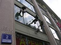 Первый оконный пролет промышленные альпинисты нашей компании практически домыли, остались окна второго этажа. Мы мыли только высотные окна, а окна первых этажей мылись силами заказчика