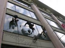 На фото видно, что именно делают альпинисты, один специалист  в данный момент промывает окна шубкой, а второй после мойки снимает излишки склизом