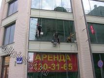На этом фото очень хорошо видна разница между мытыми и немытыми окнами, для мойки фасадов и окон наши специалисты применяют технику промышленного альпинизма