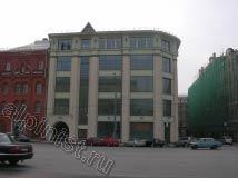 У здания был очень широкий карниз, а под самыми верхними окнами были установлены козырьки, на которых стояли наши промышленные альпинисты, во время мойки верхних окон