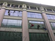 Применяя технику промышленного альпинизма, две бригады альпинистов в данный момент занимаются мойкой окон, для мойки фасадов и окон мы используем шубки, склизы и обычную чистую воду