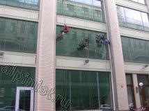 Наши альпинисты в данный момент проводят мойку окон на фасаде, иногда после промывки окон водой и снятия грязной воды со стекол склизом остаются небольшие разводы, которые мы затираем салфетками