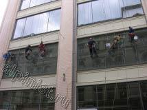 В настоящий момент наши промышленные альпинисты завесились на двух последних оконных проемах, и смывают шубками грязь со стекол, осталось вымыть по одному окну второго этажа