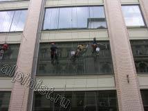 На фото видно, как специалисты нашей компании проводят мойку окон и фасадов, сейчас мы смываем грязь со стекол с помощью шубки, после этого будем склизом прижимать и снимать лишнюю воду
