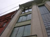 Здание, на котором наши альпинисты  проводили мойку окон, было после реконструкции, и стекла были сильно грязные, альпинистам приходилось по несколько промывать окно шубкой чистой водой и только после этого снимать склизом