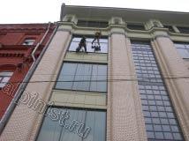 У здания был широкий карниз, поэтому наши альпинисты использовали удлинители для шубок и склизов, чтобы выполнить мойку окон качественно, т. к. рукой до стекла было трудно дотянуться
