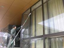 Витражи на объекте, где мы проводили мойку фасада и окон были высотой в 4 м, поэтому для проведения данных работ мы использовали 2,5 м алюминиевый удлинитель, с помощью которого можно было дотянуться до любой точки витража.