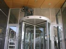 На данном фото наш альпинист с помощью стремянки залез на верхнюю часть двери и таким образом смог вымыть окна над дверью, т. к. с пола это сделать не было возможности.