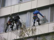 Применяя технику промышленного альпинизма, наши специалисты проводят высотную мойку поверхности окон, сначала мы смываем шубкой и водой загрязнения со стекол, а потом снимаем ее специальным склизом.