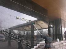 На представленной фото видно, как наш специалист в данный момент проводит мойку фасада, он моет мраморную стену у главного входа и буквы названия гостиницы «Юность».