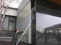 Сейчас наш специалист проводит мойку фасада, а именно моет поверхность фасада из мрамора по той же технологии, как и окна, применяя чистую воду, шубки и склизы.