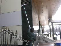 Наш специалист в настоящий момент моет часть мраморной стены у центрального входа в гостиницу, на фото показано, как он промывает стену шубкой и использует  для этого 2х метровый удлинитель
