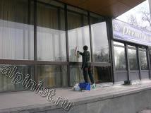 Сейчас наш специалист промывает витражи у центрального входа, в данном случае для мойки фасада и окон мы применяем обычную, чистую воду, специальные шубки и склизы для снятия грязной воды.