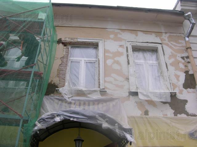штукатуры-маляры начали работу с правой части фасада на 2 этаже