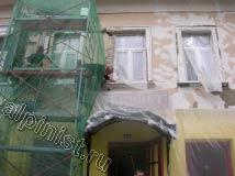 На фотографии видно как наши мастера сейчас накидывают раствор на откосы и расшивают трещины на фасаде.