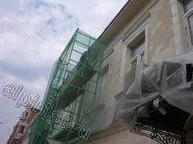 Поверхность фасада практически готова к покраске, откосы восстановлены, трещины и сколы расшиты и зашпаклеваны, сейчас наши мастера шкурят поверхность фасада.