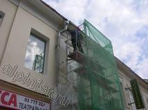 Карниз здания был зашит металлическими листами, наш мастер стыки этих листов покрыл пластичным акриловым герметиком.