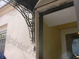 Наш заказчик проводил замену окон и входной двери, после чего оконные и дверные откосы были разрушены и нам предстоит их восстановить.