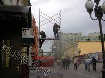 Нижние секции строительной туры уже собраны, осталась верхняя часть.
