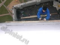 Наш специалист закрепил доску обрешетки кровли к стене над ложным балконом, для чего использовал перфоратор, анкера и саморезы