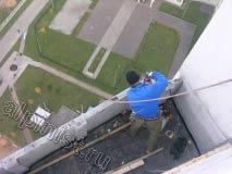 Сейчас, мы подготавливаем внешнюю часть балкона, отмерили точки крепления и просверливаем их перфоратор для крепления обрешетки крыши
