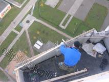 Сейчас, наш специалист отмерив необходимую длину доски для обрешетки крыши отпиливает лишнюю часть пилой