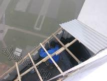 В настоящий момент, наш мастер зачистил балконную плиту от мусора, загерметизировал швы снаружи и внутри ложного балкона и сейчас промазывает низ плиты  кровельной битумной мастикой