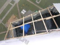 Используя методы промышленного альпинизма, наш специалист спустился во внутрь ложного балкона на последнем этаже и проводит гидроизоляцию плиты битумной кровельной мастикой