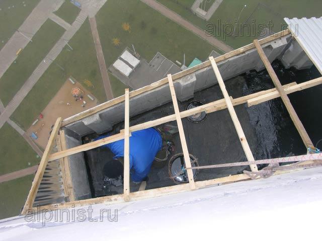 Наш специалист спустился во внутрь ложного балкона на послед.