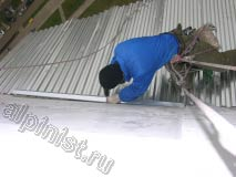 Для предотвращения протечек балкона, после того как были закреплены листы профнастила кровли, мы крепим оцинкованный уголок над примыканием листов к стене