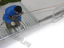 После того, как мы демонтировали старое покрытие крыши над балконом, мы сделали новую обрешетку крыши, провели гидроизоляцию балконной плиты, закрепили кровельное покрытие из листов профнастила кровли, закрепили по периметру примыканий уголок и все примыкания тщательно загерметизировали