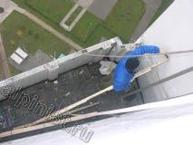 В настоящий момент, наш промышленный альпинист демонтирует обрешетку крыши, предварительно сняв старое кровельное покрытие