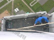 Применяя технику промышленного альпинизма наш специалист спустился на плиту ложного балкона, демонтировал покрытие крыши, а сейчас демонтирует обрешетку