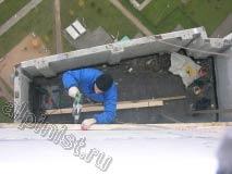 Предварительно отмерив и просверлив отверстия в стене, наш специалист крепит доску обрешетки крыши на анкера с саморезами