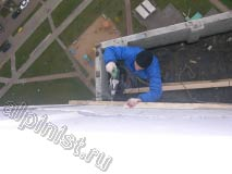 Доску обрешетки кровли,  мы крепим к стене выше предыдущей примерно на пол метра для того, чтобы сделать уклон кровли по больше и  не дать возможность зимой скапливаться снегу и лежать на крыше
